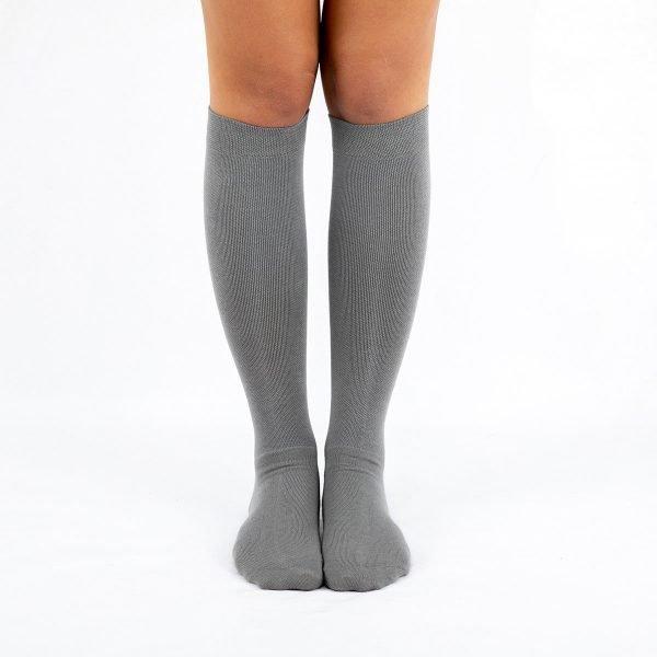 Calcetines compresivos grises frente kalcetin