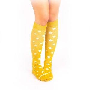 calcetines de compresion estrellas mostaza casual