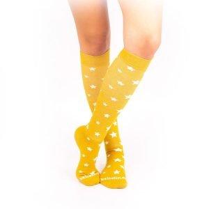 calcetines de compresion estrellas mostaza cruzado