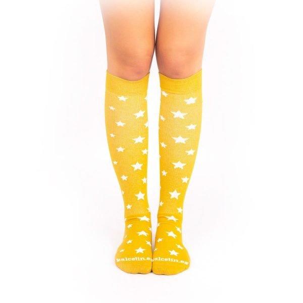 calcetines de compresion estrellas mostaza frontal