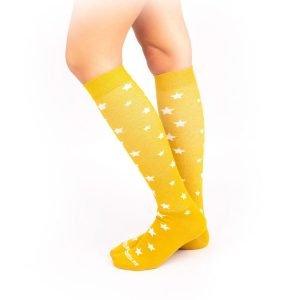 calcetines de compresion estrellas mostaza lateral