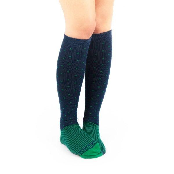 calcetines de compresión puntos y rayas verde y azul marino casual
