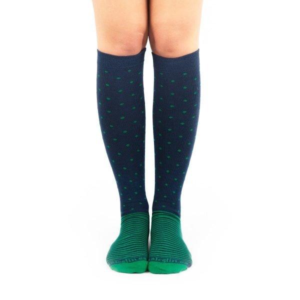 calcetines de compresión puntos y rayas verde y azul marino