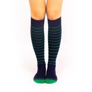calcetines compresivos azul marino con rayas finas verdes frente